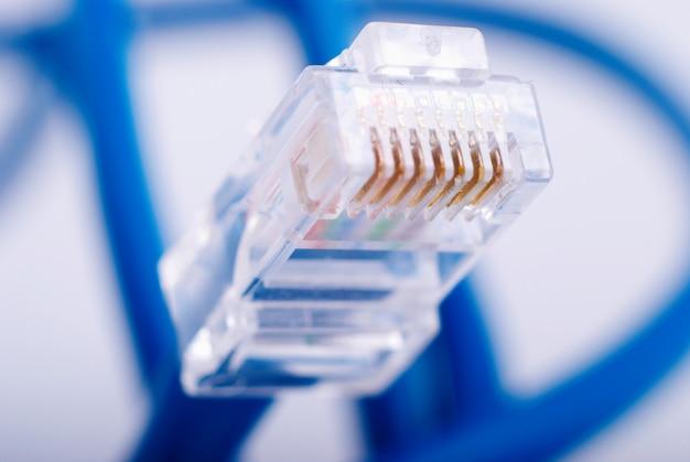 Cavo blu della connessione di rete lan su fondo bianco