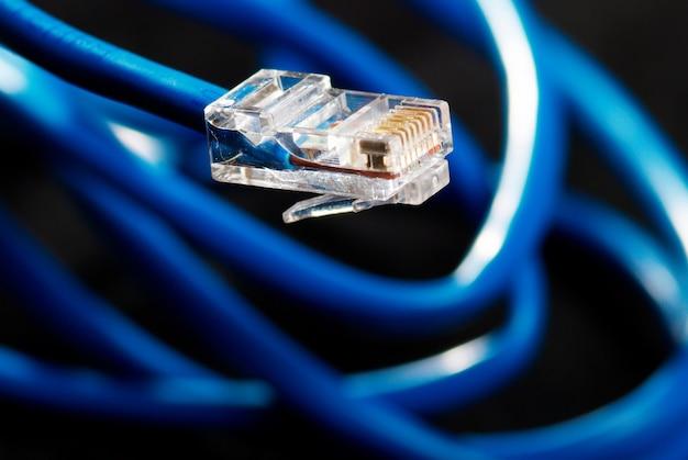 Cavo blu della connessione di rete lan su fondo nero
