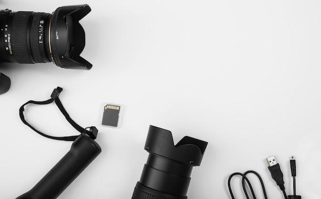 Cavo connettore usb con lente della fotocamera e scheda di memoria su sfondo bianco