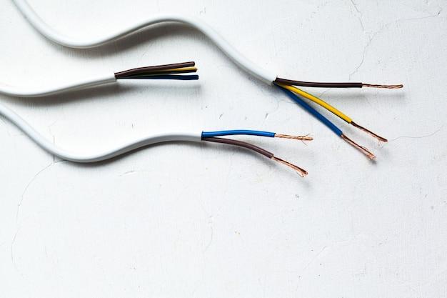 Cavo schermato elettrico con molti cavi isolati su bianco