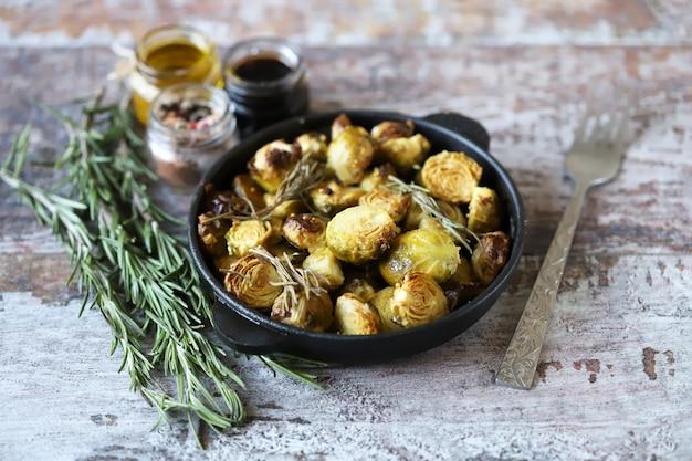 Cavoletti di bruxelles al forno con rosmarino in padella. vega food. cibo sano.