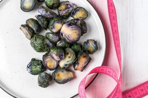 Cavoletti di bruxelles viola organici fritti sul piatto