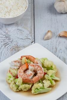Cavolfiore bianco fresco sul piatto