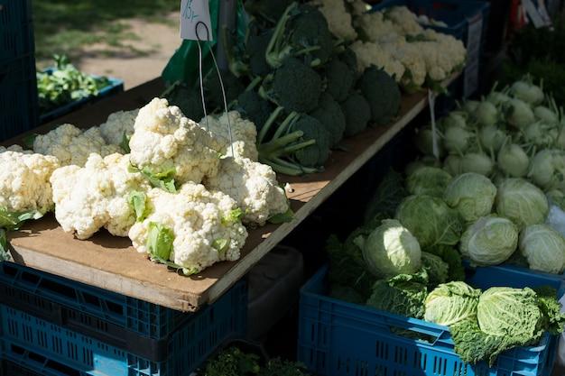 Cavoli, cavoli, cavolfiori e broccoli al mercato