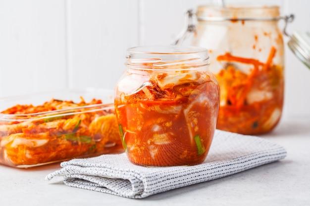 Cavolo di kimchi in un barattolo di vetro. cibo coreano, cibo probiotico.