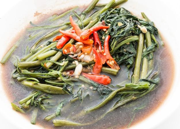 Cavolo in padella saltato in padella con soia salata (pad pak-boong)