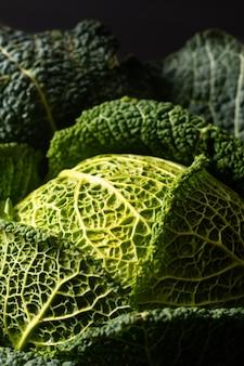 Cavolo verde organico organico del primo piano sano di concetto dell'alimento fresco dal giardino