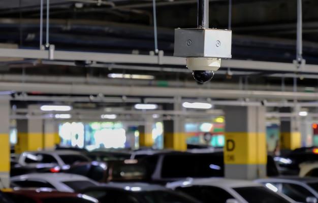 Cctv o close circuit television sono monitorati e registrano auto nel parcheggio del centro commerciale