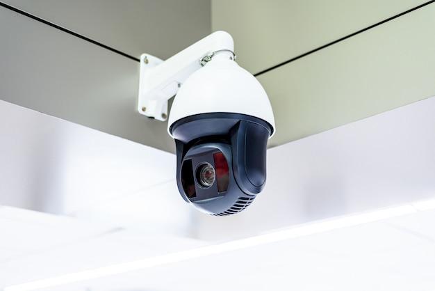Cctv o telecamera di sicurezza a soffitto sopra la parete