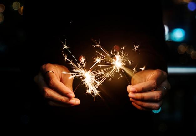 Celebrando con stelle filanti nella notte