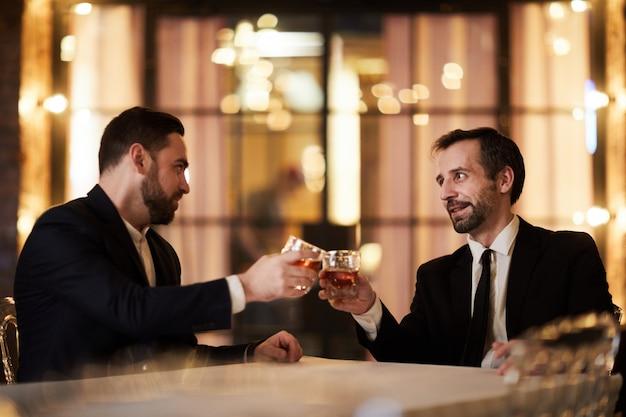 Celebrando l'affare nel ristorante