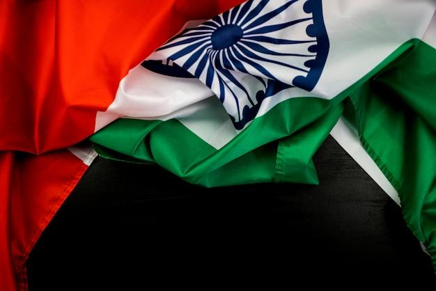 Celebrando la bandiera dell'india giorno dell'indipendenza india su fondo in legno