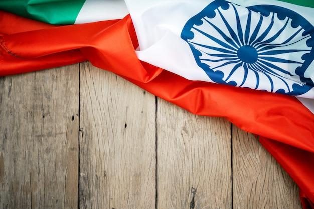 Celebrando la festa dell'indipendenza dell'india bandiera dell'india su legno