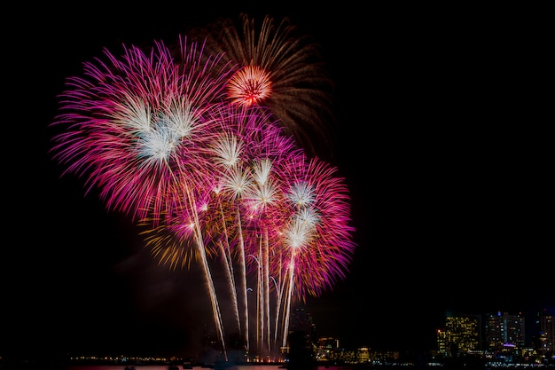 Celebrazione dei fuochi d'artificio a cielo notturno, costruente il fondo.