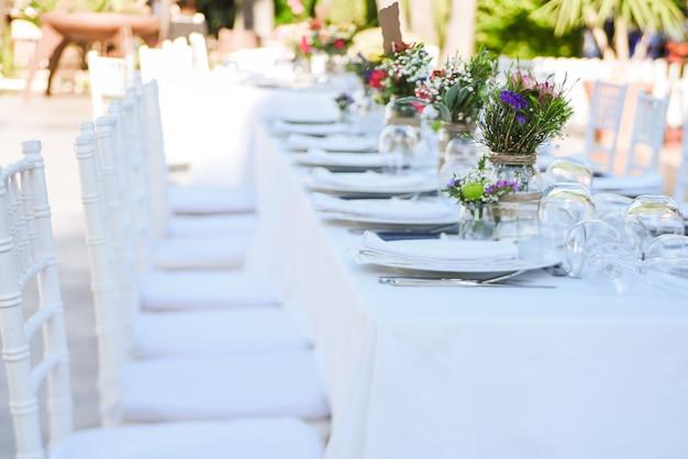 Celebrazione del matrimonio all'aperto in un ristorante
