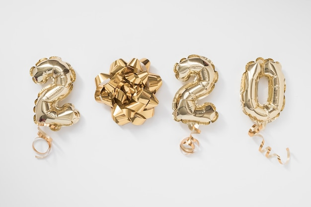 Celebrazione del nuovo anno 2020. numero di palloncini lamina d'oro 2020 su sfondo bianco