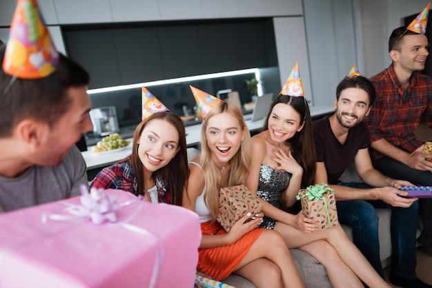 Celebrazione di buon compleanno gruppo di persone sedersi sul divano.