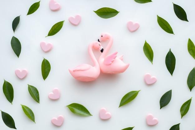 Celebrazione di festa di san valentino con coppia flamingo in amore e cornice foglia.