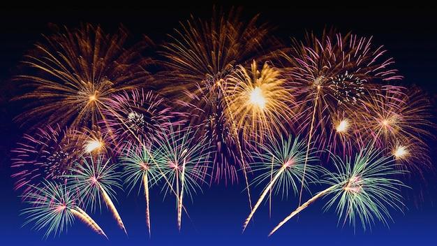 Celebrazione di fuochi d'artificio colorati e il cielo al crepuscolo