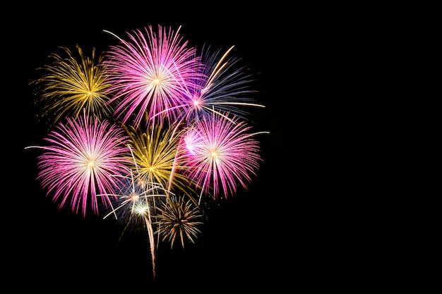 Celebrazione di fuochi d'artificio colorati e lo sfondo del cielo di mezzanotte.
