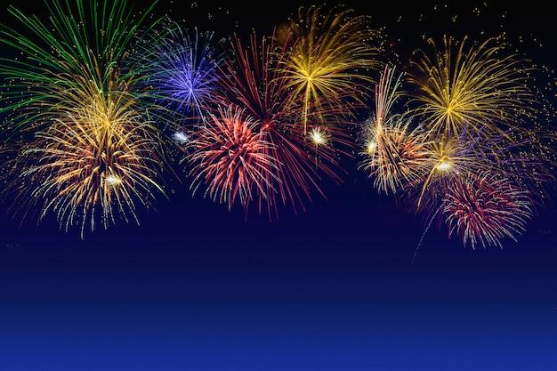 Celebrazione di fuochi d'artificio colorati sul cielo al crepuscolo.