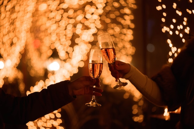 Celebrazione o festa. amici che tengono i vetri di champagne che producono un pane tostato
