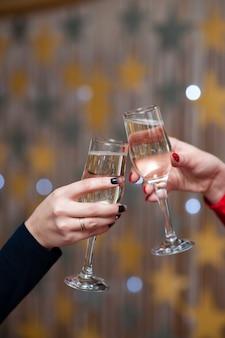 Celebrazione. persone in possesso di bicchieri di champagne fare un brindisi