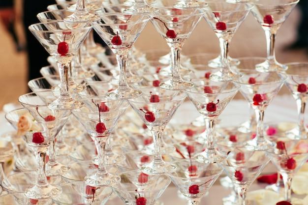 Celebrazione piramide di bicchieri di champagne