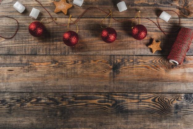 Celebrazioni di natale, capodanno. tavolo in legno con decorazioni, corda festiva, palle di natale, marshmallow, copyspace vista dall'alto
