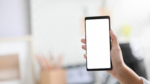 Cellulare del modello dello smartphone della tenuta della mano della donna.