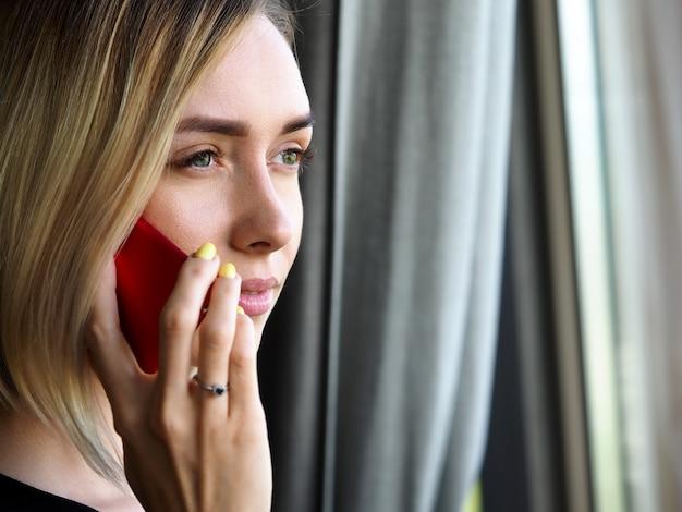 Cellulare di conversazione della bella donna di affari premurosa bionda