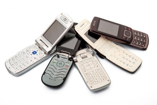 Cellulare obsoleto su bianco