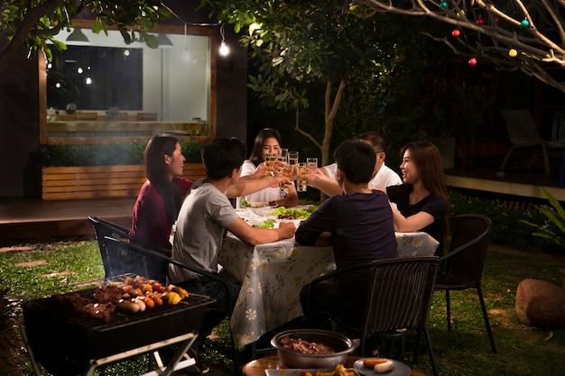 Cena, barbecue e arrosto di maiale di notte