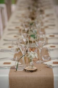 Cena di catering all'aperto al matrimonio con decorazioni di contorni fatti in casa