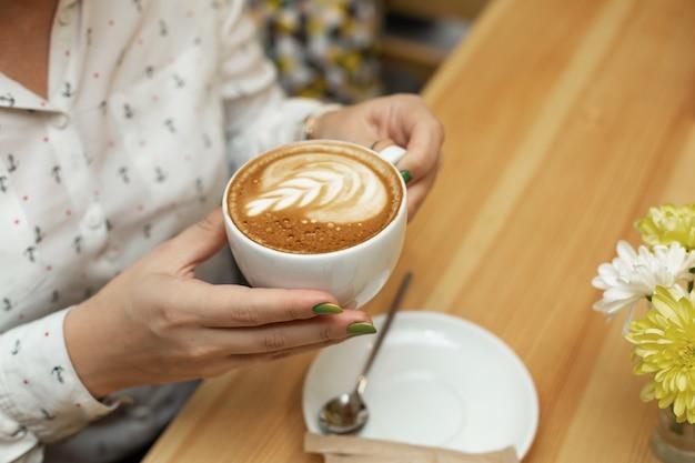 Cena di donna con cheessecake e caffè al ristorante