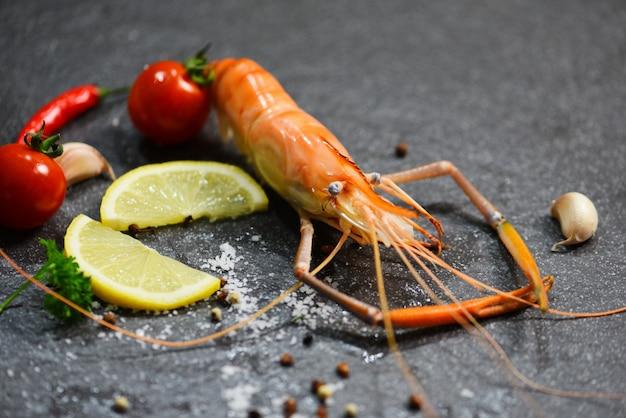Cena gourmet con gamberetti e gamberetti