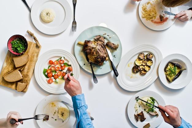 Cena in famiglia al tavolo delle feste.