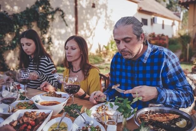 Cena in famiglia all'aperto