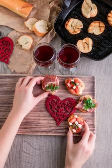 Cena romantica. amore. set di bruschette