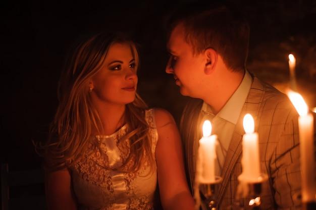 Cena romantica di una giovane coppia a lume di candela in montagna