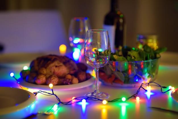 Cena romantica per coppia alla vigilia di capodanno.