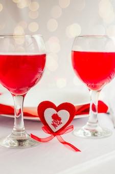 Cena romantica per san valentino. cuore con una forchetta e piatti bianchi su sfondo chiaro