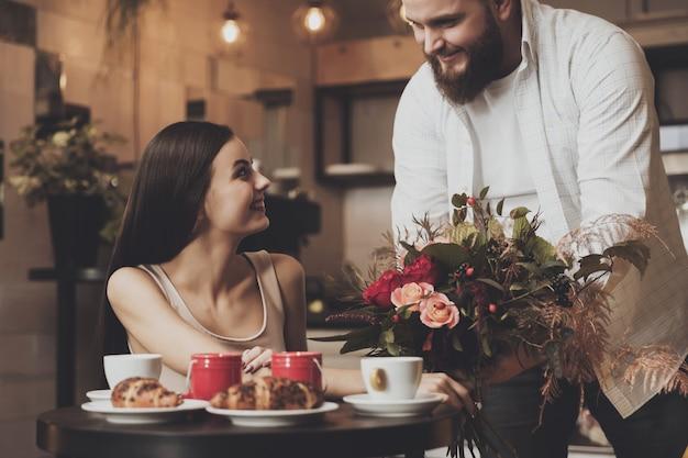 Cena romantica per una coppia innamorata in un bar