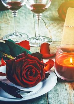 Cena romantica, tavola con rosa rossa