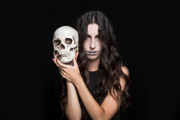 Cenere donna che tiene il cranio