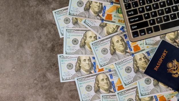 Cento dollari americani come denaro per un computer portatile per l'acquisto di un biglietto online sul passaporto americano,