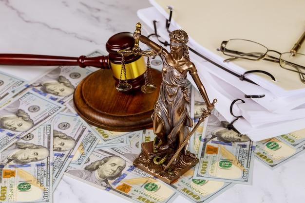 Cento dollari della statua della giustizia con le scale con il concetto di corruzione del martelletto del giudice