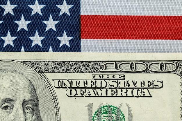 Cento dollari sulla bandiera americana