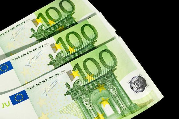 Cento euro soldi isolati su sfondo nero