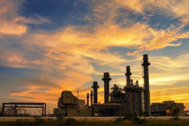 Centrale elettrica nella zona industriale con tramonto crepuscolare